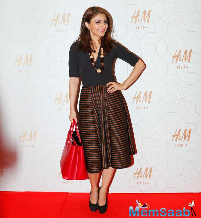 Soha Ali Khan Smiling Look On Red Carpet For The Shutterbugs