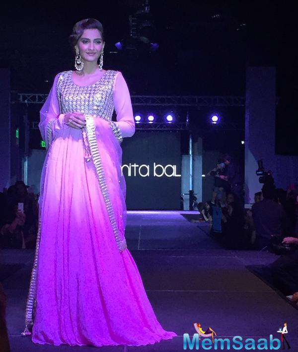 Sonam Kapoor Made A Stunning Showstopper For Designer Amita Bal At The Fashion Show