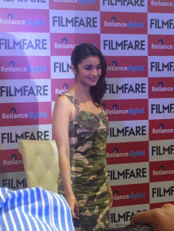 Alia Bhatt Cute Smiling Pose During The Launch Of Filmfare Shaandaar Cover