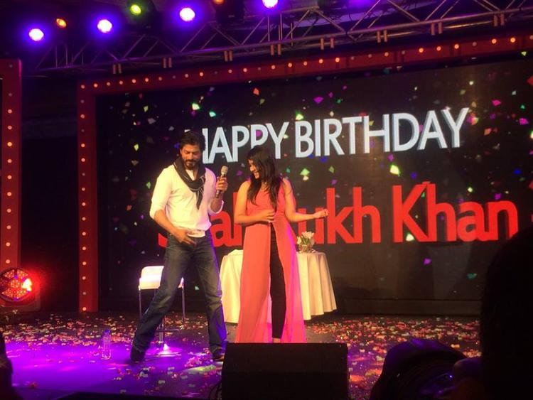 SRK, Met Few Special Fans On His Birthday At A Grand Event Organized At Mumbai's Taj Lands End