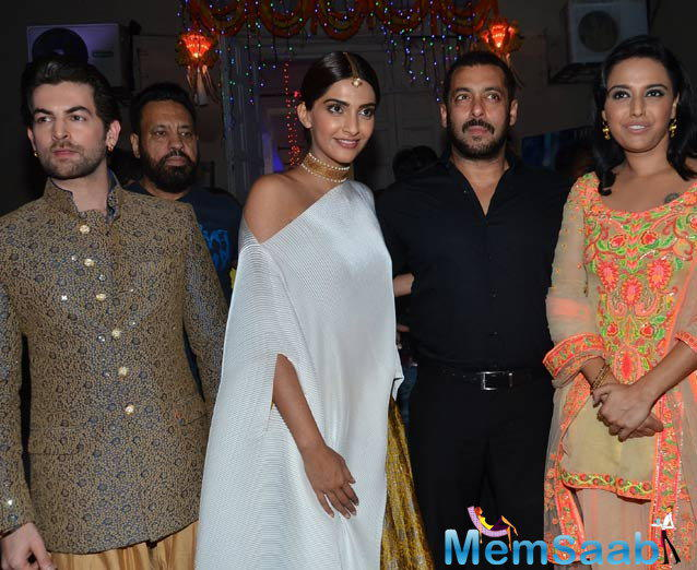Neil Nitin Mukesh,Sonam Kapoor,Salman Khan And Swara Bhaskar Get On Stage For A Group Picture