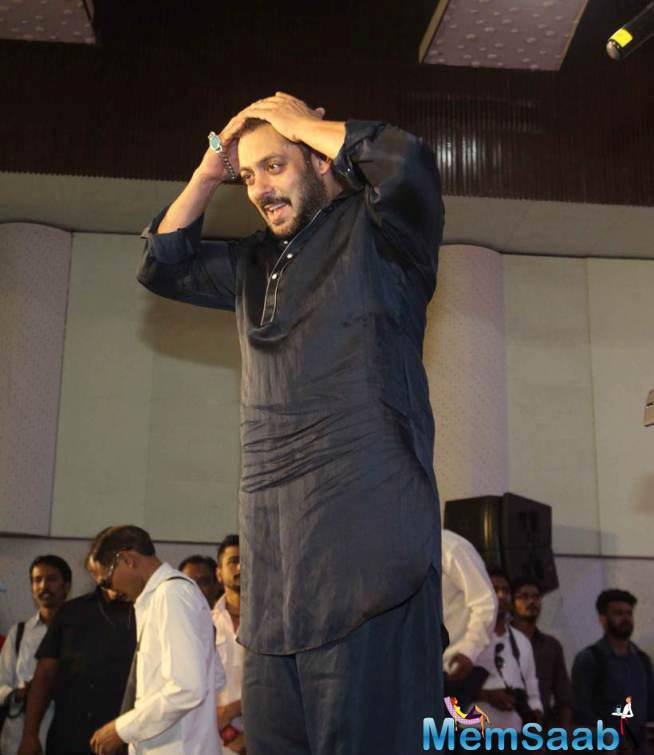 Salman Spend This Diwali With PRDP Team And Dharavi Kids