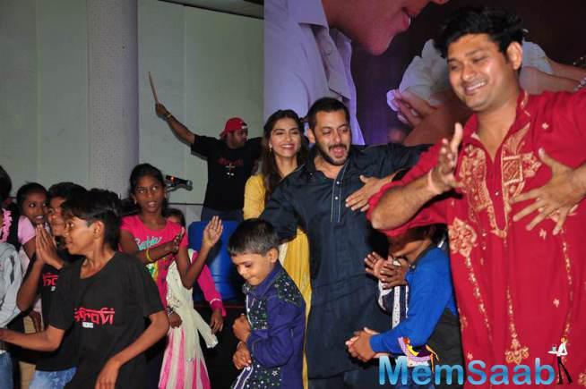 Sonam And Salman Dance With Dharavi Kids