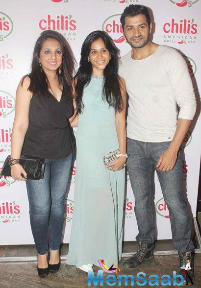 Munisha Khatwani And Mrunal Jain With Wife Posed At Ruslaan Mumtaz Wedding Anniversary