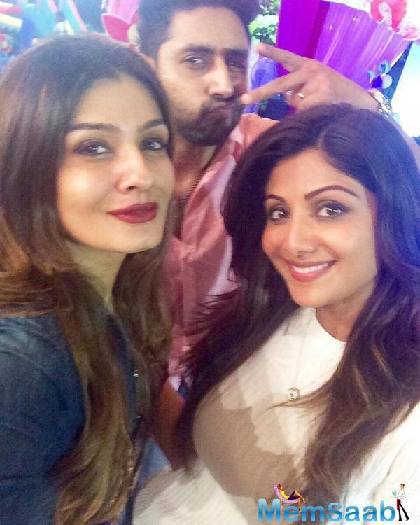 Abhishek Strikes A Pose With Shilpa And Raveena During Party
