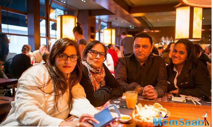 Arpita Enjoys Lunch With Her Mom Salma, Sister Alvira And Her Father-In-Law In The Chilly London