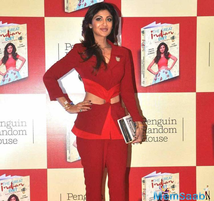 Sizzling Sexy Shilpa Shetty Pose With Her New Book The Great Indian Diet