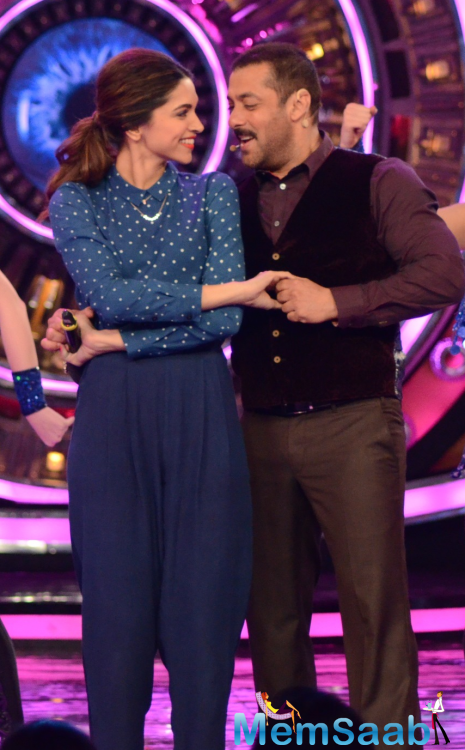 Sweetest Moment Of Deepika And Salman At Tamasha Promotion In BB 9