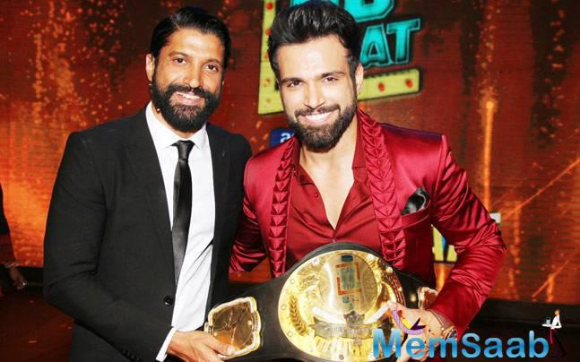 Rithvik And Farhan Akhtar Pose With Trophy