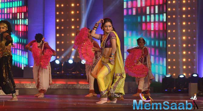 Mansi Naik Performs On The Stage Of Marathi Filmfare Awards 2015