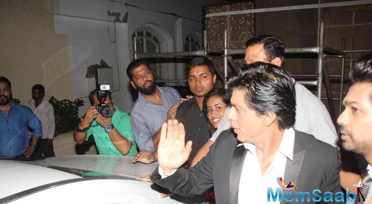 Superstar Shahrukh Waves To Fans Before Leaving