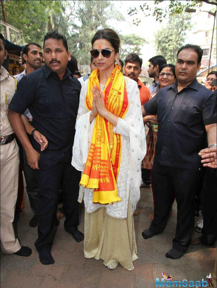 Deepika Padukone Prays For Tamasha At Siddhivinayak Temple