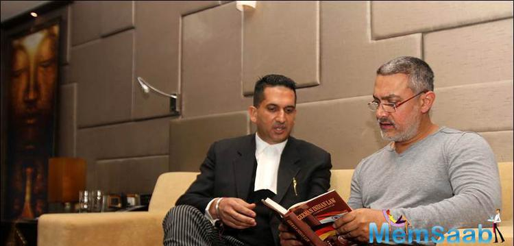 Aamir Discuss With The Lawyer About The Book German Indian Law