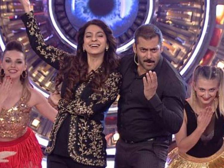 Juhi Chawla share the stage with Salman Khan on Sunday episode of Bigg Boss 9