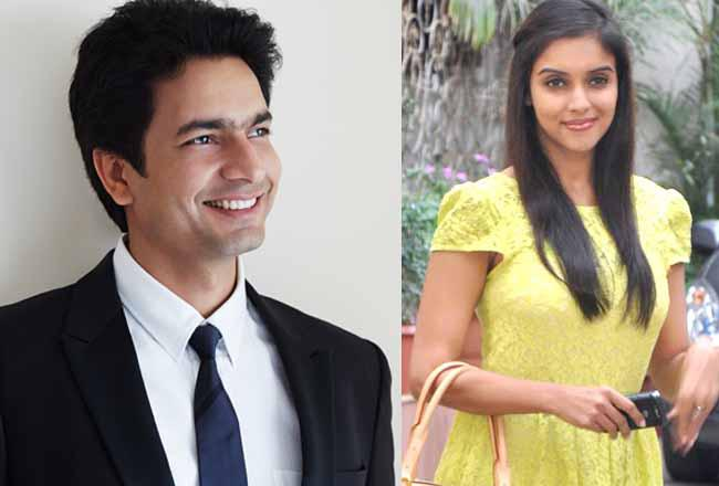 Bollywood  actress Asin  who is all set to marry Micromax co-founder Rahul Sharma on January 23, 2016 in Delhi, sent her first card of the wedding reception to actor and her close friend Akshay Kumar