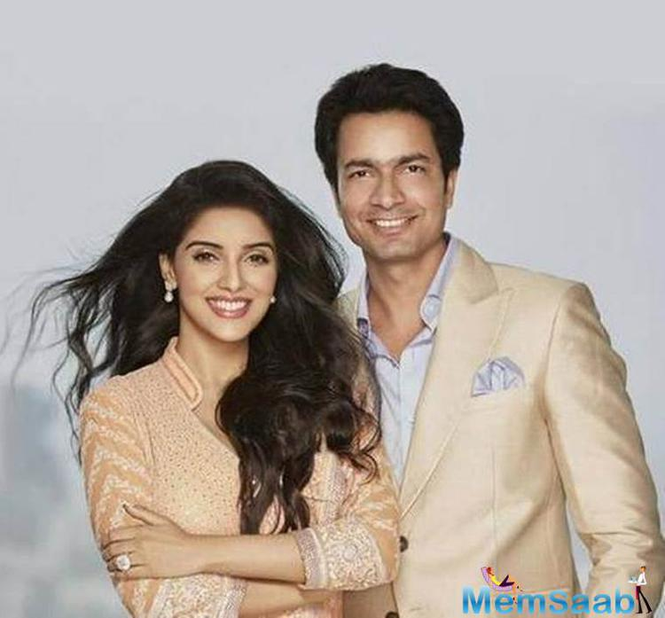 Rahul Sharma Micromax cofounder went on his knees a year back and proposed to his lady love Bollywood actress Asin with a 20-carat solitaire worth Rs 6 crore specially imported from Belgium