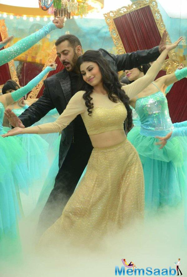 Salman will be seen dancing with Mouni Roy on a romantic number tonight