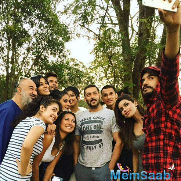 Suyyash clicked a memorable selfie with Salman and other contestants
