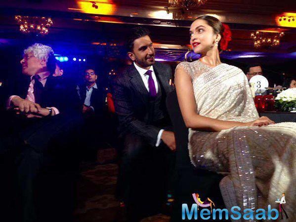 Ranveer on her praise sang a song for Deepika, 'Nazar jo teri laage, main deewani ho gayi' at the NDTV event