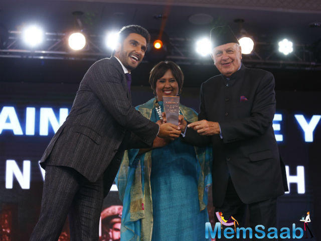 Star Ranveer while accepting his award from politician Farooq Abdullah, Ranveer broke into a jig as the song Malhari from Bajirao Mastani  played.