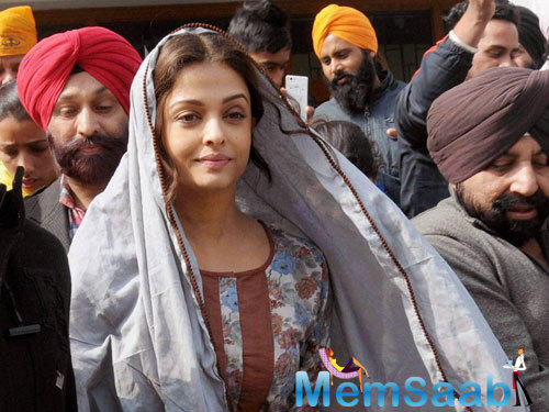 Aishwarya Rai Bachchan spotted at Golden Temple during her shoot for Sarbjit with a simple outfit. She will be seen doing bhangada dance in this movie