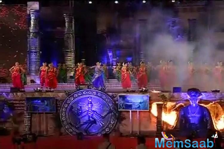 See a pic when the fire broke out at the 'Make in India Week' event during this performance