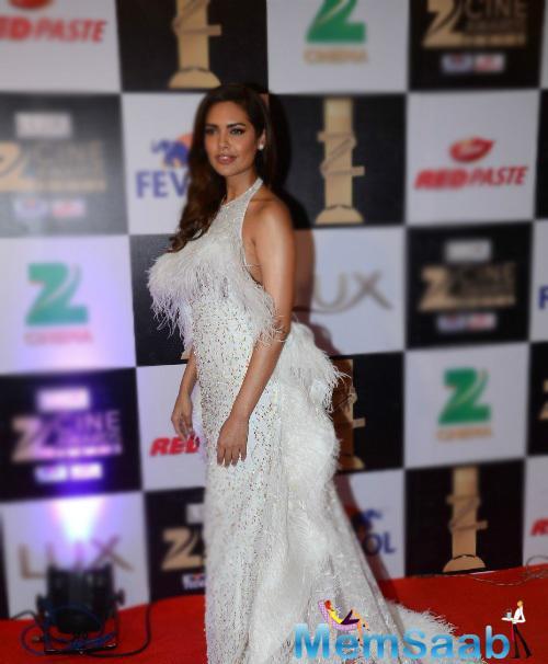 Esha Gupta looks great wearing a dramatic feather Rami Kadi gown at Zee cine 2016 award