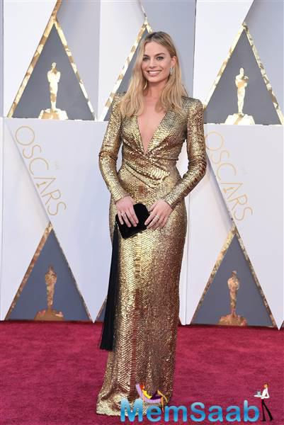The Australian actress Margot Robbie looks like a golden goddess on the red carpet in this high-shouldered dress.