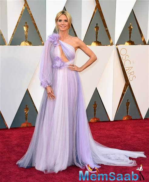 Heidi Klum one-sleeved lavender gown certainly felt unique on the red carpet give a fabulous look
