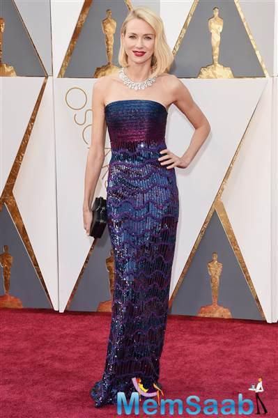 When it comes to fashion, Naomi Watts can do no mistake! This purple and blue strapless dress remind us of a mermaid in all the best ways.