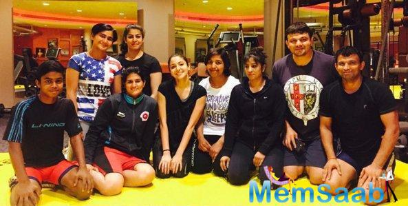 Anushka also shared a picture on her Twitter account with her wrestling teachers, here a pic pose all smiles