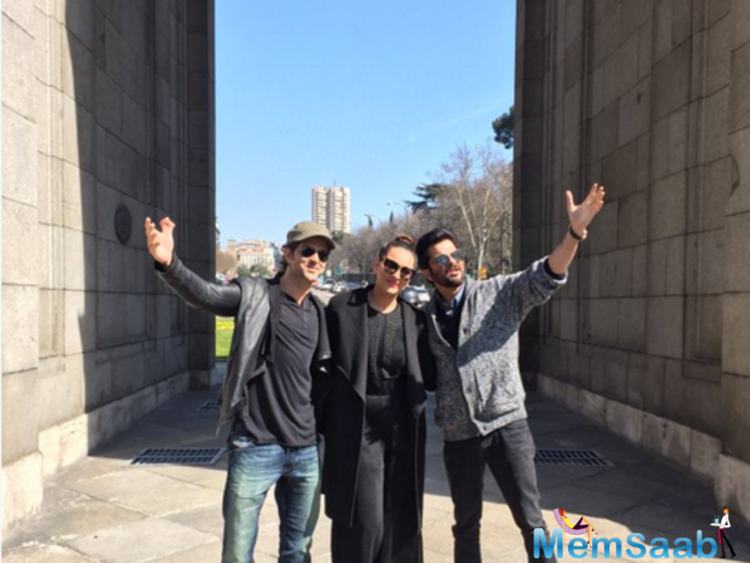 Anil Kapoor, Sonakshi and Hrithik and a Madrid flashmob, This is what we call a Bollywood pose. Attaboy Hrithik and Anil.