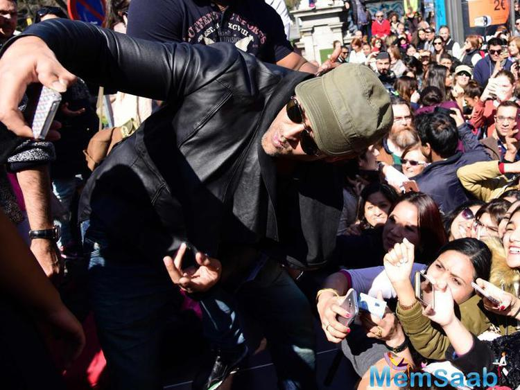 Take a look, where Bollywood power packed actor Hrithik Capture his abroad fans in his mobile