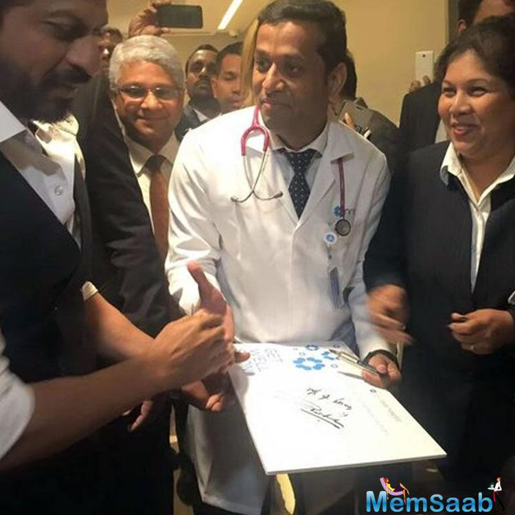 Shah Rukh along with a team of doctors and managers took their rounds in the corridors of the hospital, which is believed to be largest in UAE.