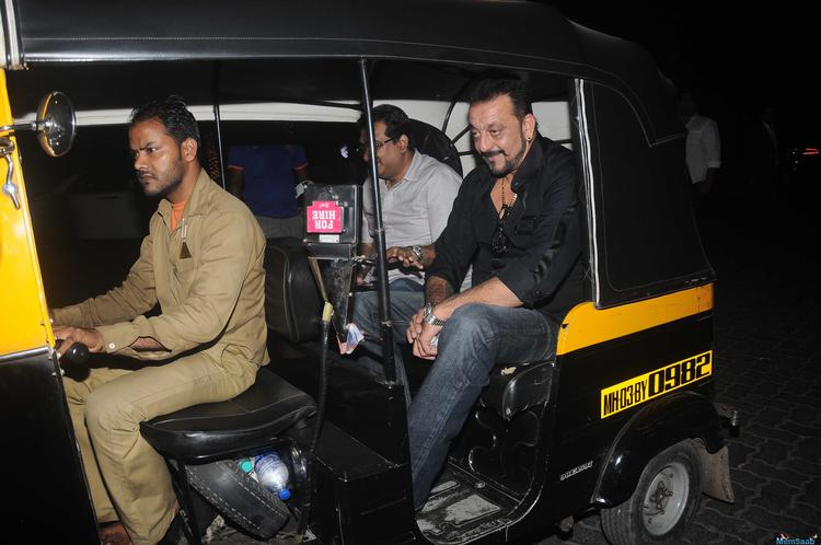 Take a look, a superstar taking an autorickshaw ride quite often. But this is what happened in Mumbai on March 23 as actor Sanjay Dutt took an autorickshaw ride to back home
