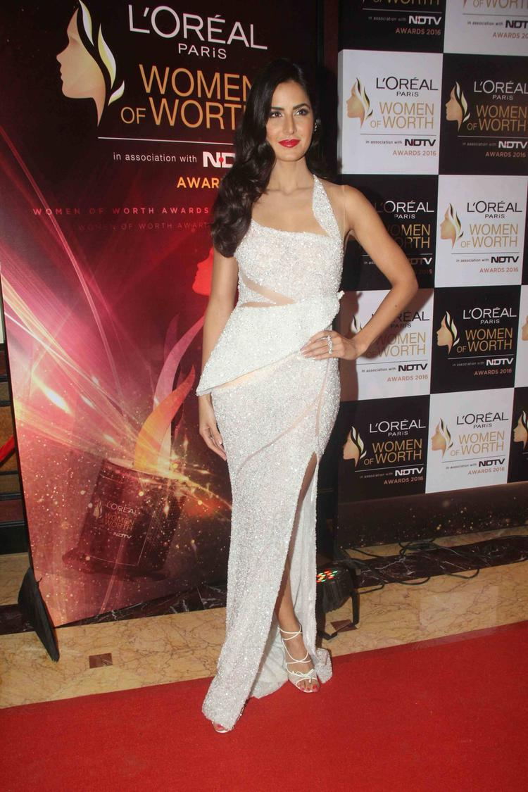 Katrina was seen in a white shimmery, sexy dress with a beautiful silhouette that made her look ravishing.