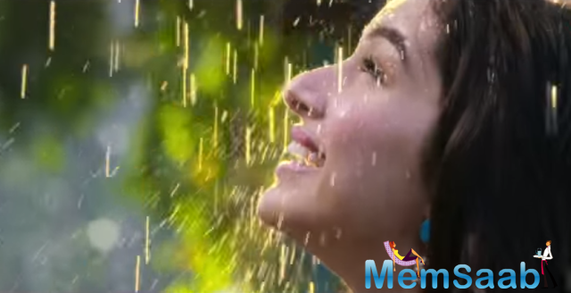 Penned by Kumaar, the romantic track is crooned by Monali Thakur and composed by Meet Bros.