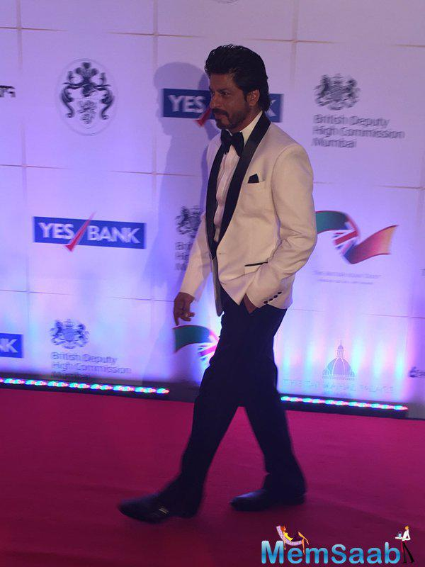 Shahrukh Khan arrives at the Royal gala dinner with a dashing tuxedo look, these days he is busy promoting Fan