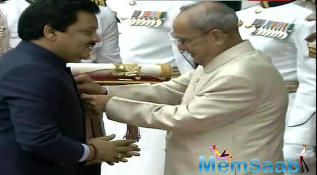 Udit Narayan received the Padma Vibhushan from President Pranab Mukherjee for his contribution to the film music industry.