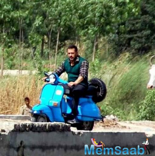 See this pic, Salman Khan riding a scooter on the sets of Sultan in Muzaffarnagar have gone viral.