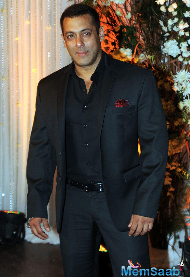 Salman Khan was a special guest at the wedding reception. Bipasha and  Karan came outside to meet him personally.