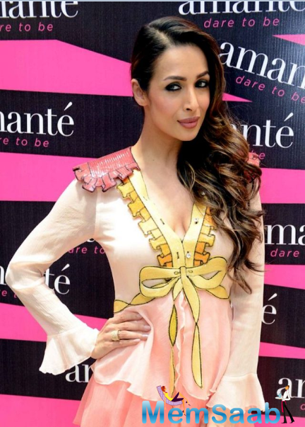 Malaika kept her aside from the wavy side –swept hair and added pink lipstick to complement her beauty. The actress was styled by Maneka Harisinghani for the event.