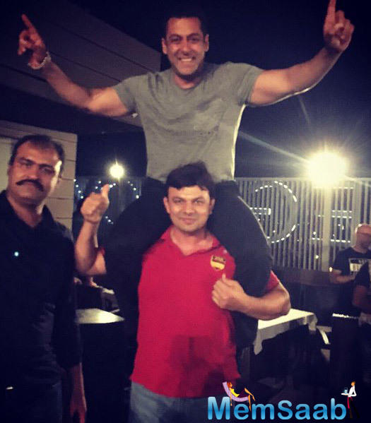 The wrap-up party was a fun affair as Salman's wrestling coaches, Jagdish Kaliraman picked up Salman on his shoulders and posed for photos.