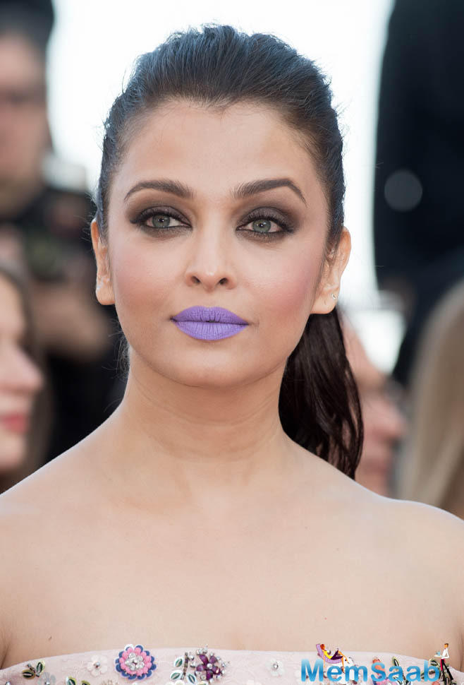 Aishwarya says she does not stick with fashion trends blindly as she has been in showbiz for a very long time.