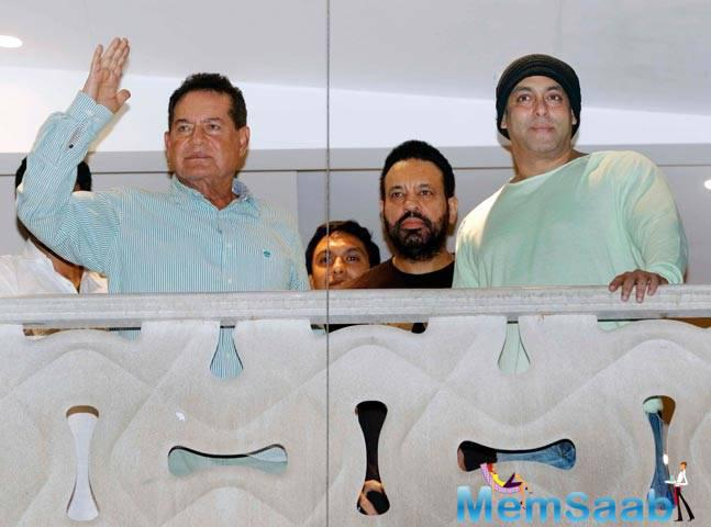 Salim Khan and Salman Khan wishing fans Eid Mubarak, Salman stepped out to greet hundreds of fans gathered outside his apartment in the evening.
