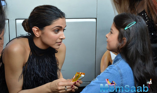 Apart from spending a quality time with her and posing for few adorable pictures, Deepika also gave her an autograph. Dressed in a denim dress, the girl too looked elated at the moment.