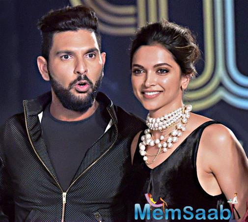 Yuvraj Singh poses with his rumoured ex-flame Deepika Padukone at the event, in this pic, Deepika wearing a black gown and looked stunning put on the beautiful neck set.