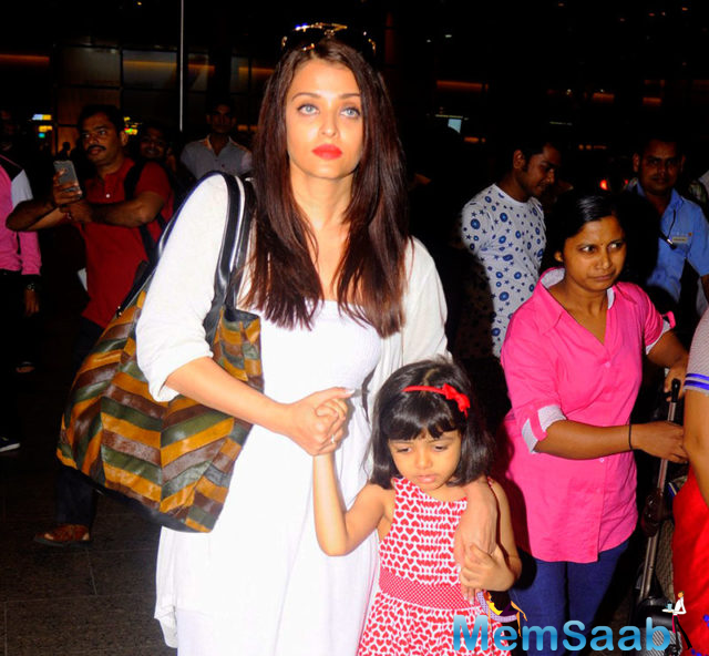 Aishwarya Rai Bachchan was recently spotted with her daughter Aaradhya at the Mumbai airport. Aishwarya returned from Dubai with daughter Aaradhya Bachchan