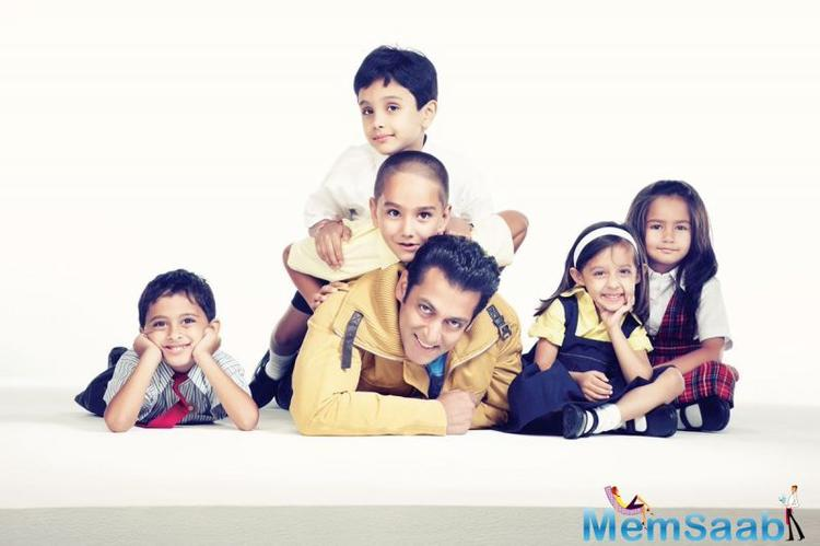 Several of our Bollywood celebrities also share some of their pictures from their childhood on this day.