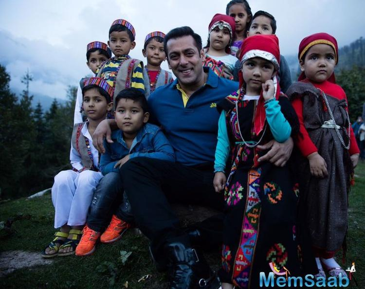 We are totally aware that Salman Khan immensely enjoys the company of children, as is apparent from his films with his nephew hail and other kids.